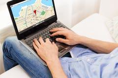 Sluit omhoog van mens het typen op laptop computer thuis Royalty-vrije Stock Foto