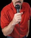 Sluit omhoog van mens het zingen in microfoon royalty-vrije stock afbeelding