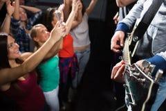 Sluit omhoog van mensen bij muziekoverleg in nachtclub Royalty-vrije Stock Foto