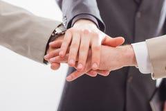 Sluit omhoog van mensen die handen samen houden. Stock Foto's