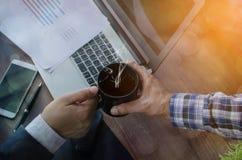 Sluit omhoog van mensen dienende koffie royalty-vrije stock foto's