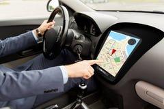 Sluit omhoog van mensen drijfauto met gps navigatorkaart Stock Foto's