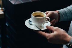 Sluit omhoog van mensenhanden houdend kop van koffie royalty-vrije stock afbeelding