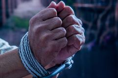 Sluit omhoog van mensenhanden met kabel rond polsen in gevangenschap worden verpakt, misbruikt slachtoffer, slaaf van het werk, e royalty-vrije stock foto's