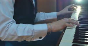 Sluit omhoog van mensenhanden spelend op piano stock videobeelden