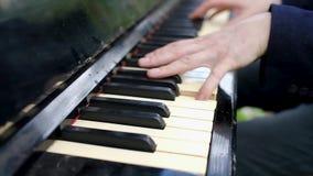 Sluit omhoog van mensenhanden spelend op piano stock video
