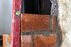 Sluit omhoog van metselen industriële het installeren bakstenen op construc stock afbeeldingen