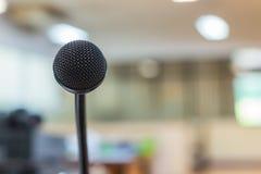 Sluit omhoog van microfoon in conferentieruimte Stock Afbeeldingen