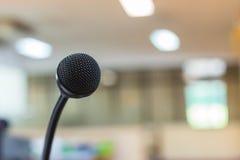 Sluit omhoog van microfoon in conferentieruimte Royalty-vrije Stock Foto