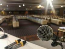 Sluit omhoog van microfoon op samenvatting vaag van toespraak op seminarieruimte of het spreken de lichte achtergrond van de conf stock afbeeldingen