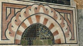 Sluit omhoog van mihrab in de koepel van de kettingsmoskee in Jeruzalem stock videobeelden