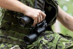 Sluit omhoog van militair of jager met binoculair Royalty-vrije Stock Afbeeldingen