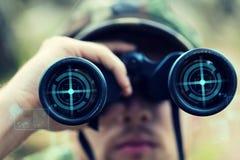 Sluit omhoog van militair of jager met binoculair stock afbeeldingen