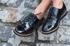 Sluit omhoog van modieuze vrouwelijke schoenen Openluchtmanierschoenen Royalty-vrije Stock Afbeelding