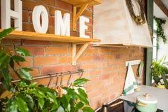 Sluit omhoog van mooi comfortabel modern keukenbinnenland, keukengerei, huisstijl, stock foto's