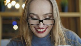 Sluit omhoog van mooi meisje in glazen gebruikend tablet in koffie 4K stock footage