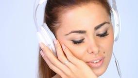 Sluit omhoog van mooi meisje wat aan de muziek luisteren stock video