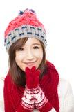 Sluit omhoog van mooie Aziatische vrouw in hoed, geluiddemper en vuisthandschoenen stock fotografie