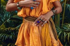 Sluit omhoog van mooie jonge modieuze vrouwenhanden met modieus royalty-vrije stock foto