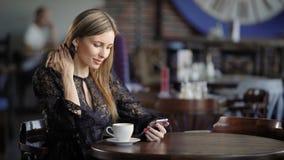 Sluit omhoog van mooie vrouw het besteden vrije tijd gebruikend moderne smartphone en doorbladerend Internet Het aanbiddelijke da stock videobeelden