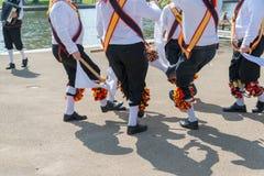 Sluit omhoog van morrisdansers met harmonikaspeler op de achtergrond royalty-vrije stock foto's