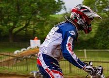 Sluit omhoog van motocrossruiter het voorbereidingen treffen om het spoor te berijden royalty-vrije stock foto