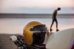 Sluit omhoog van motorfiets met Amerikaanse vlag en gouden helm Royalty-vrije Stock Foto's