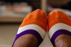 Sluit omhoog van multi-colored sokken op een zwarte royalty-vrije stock afbeeldingen