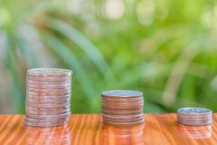 Sluit omhoog van muntstukken aan stapel muntstukken, Bedrijfs de Groeiconcept, T Royalty-vrije Stock Afbeelding
