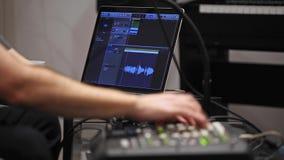 Sluit omhoog van musicus die het toetsenbord van Midi in de studio van de huismuziek spelen stock video