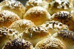 Sluit omhoog van naar huis gebakken brood stock fotografie