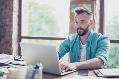 Sluit omhoog van nadenken freelance arbeider, die toevallige slim, conce dragen royalty-vrije stock fotografie