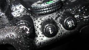 Sluit omhoog van natte camera Stock Foto's