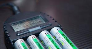 Sluit omhoog van navulbare lithium-ionenbatterij met lader stock foto's