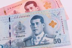 Sluit omhoog van nieuw 50 en 100 Thais Bahtbankbiljet Stock Foto's