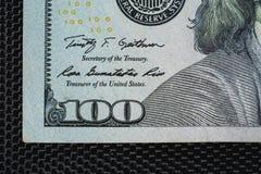 Sluit omhoog van nieuwe honderd dollarsrekening stock afbeelding