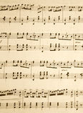 Sluit omhoog van nota's over een oud muziekblad. Stock Afbeelding