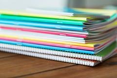 Sluit omhoog van notitieboekjes op houten lijst Stock Foto's