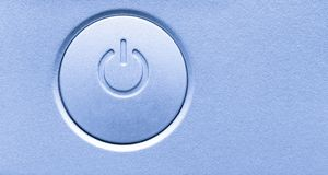 Sluit omhoog van on/off de machtsknoop van het computer elektronische apparaat Het horizontale pictogram van het achtergrond mode stock afbeelding