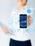 Sluit omhoog van onderneemster die smartphone tonen Stock Afbeeldingen