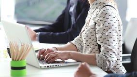 Sluit omhoog van onderneemster het typen op laptop stock video