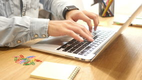 Sluit omhoog van Ontwerper Hands Working die op Project, op Laptop typen stock videobeelden