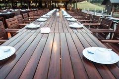 Sluit omhoog van openluchtrestaurantlijst Stock Foto