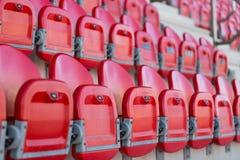 Sluit omhoog van opgevouwen zetels in voetbalstadion Stock Afbeelding