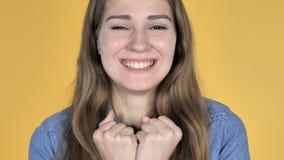 Sluit omhoog van Opgewekte Verbaasde Vrouw in Verrassing die op Gele Achtergrond wordt geïsoleerd stock videobeelden