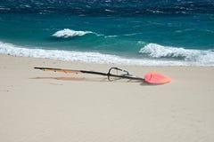 Sluit omhoog van oranje windsurf op een wit zandstrand Stock Foto