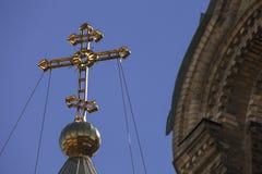 Sluit omhoog van orthodox kerkkruis op blauwe hemelachtergrond Royalty-vrije Stock Fotografie