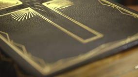 Sluit omhoog van oud Heilig bijbelboek stock video