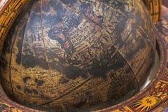 Sluit omhoog van Oude Houten Opgezette Wereldbol Royalty-vrije Stock Foto's