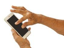 Sluit omhoog van oude vrouwenhand met slimme telefoon royalty-vrije stock foto
